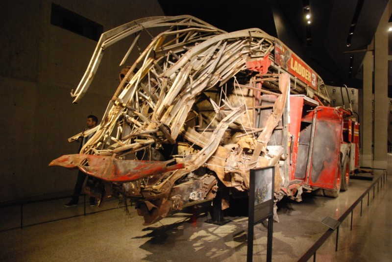 扭曲變形的消防車。