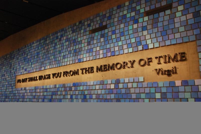 說這面牆的藍瓷磚是事發當天的天空顏色,我是覺得有點牽強和敷衍。